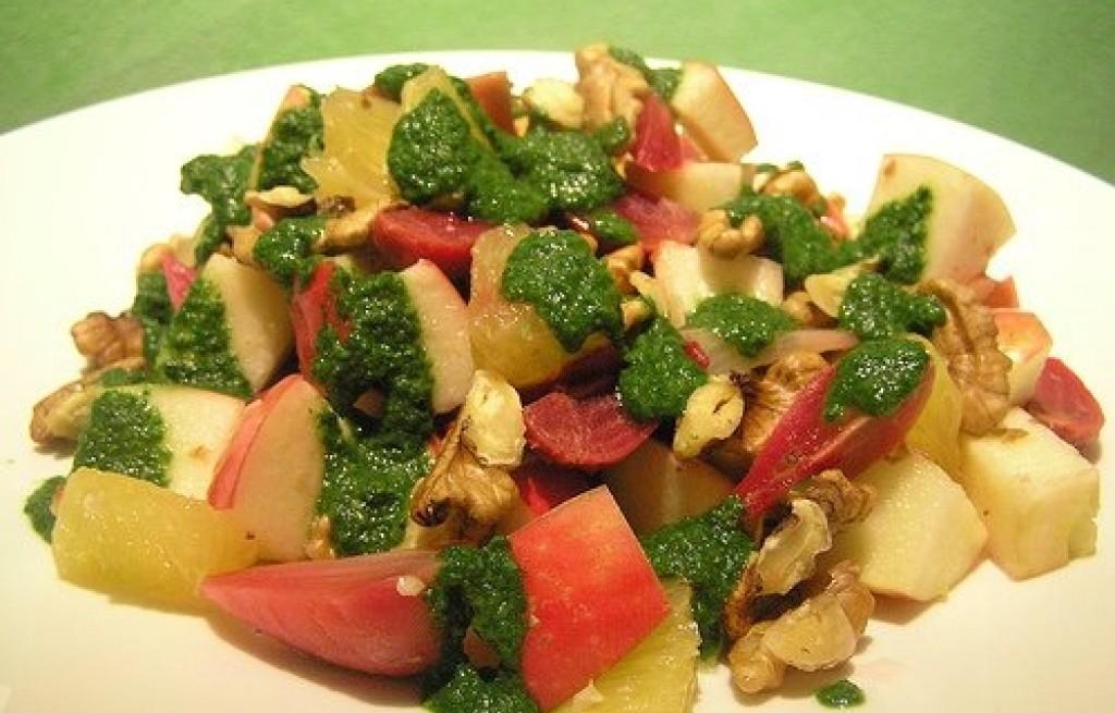 Sałatka z jabłek, grejpfruta, orzechów i szpinaku