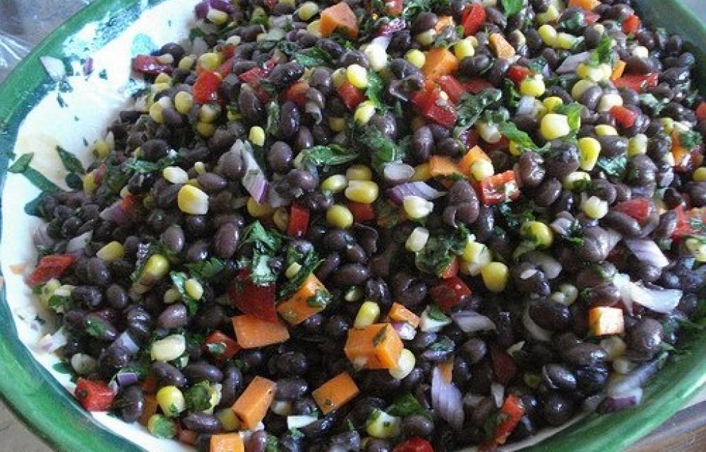 Sałatka z czarnej fasoli, kukurydzy, marchwi i papryki