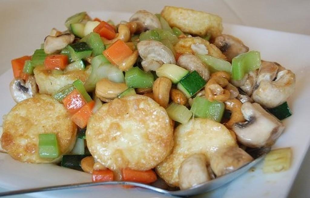 Tofu z orzechami nerkowca, pieczarkami i cukinią