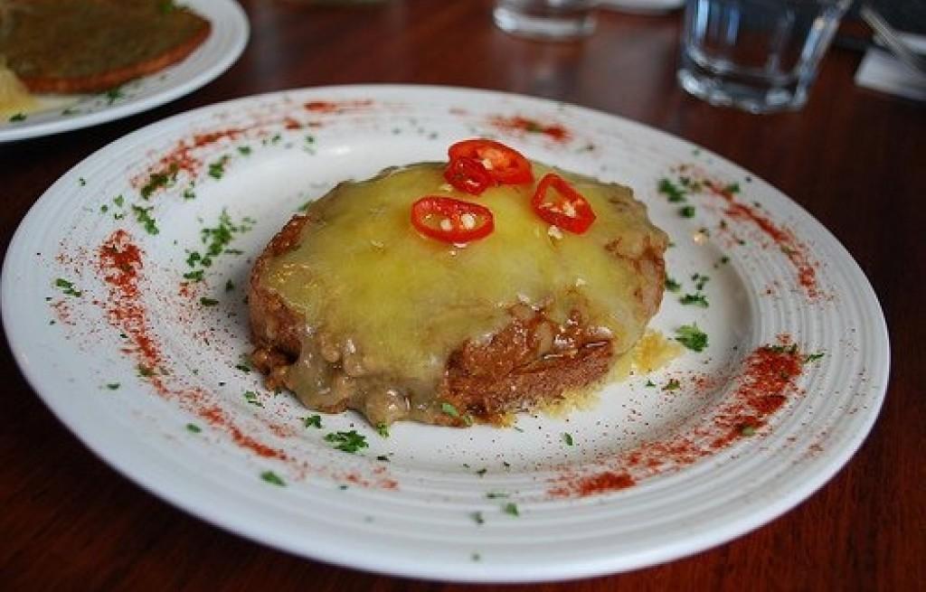 Grzanki z wołowiną i serem żółtym
