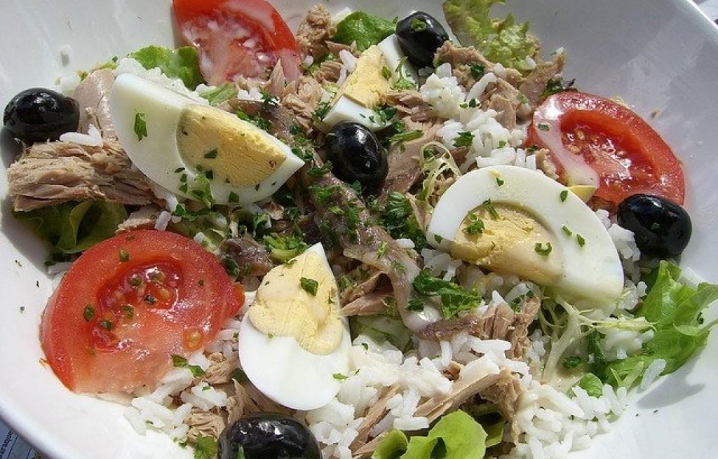 Sałatka z ryżem, wołowiną i jajkami