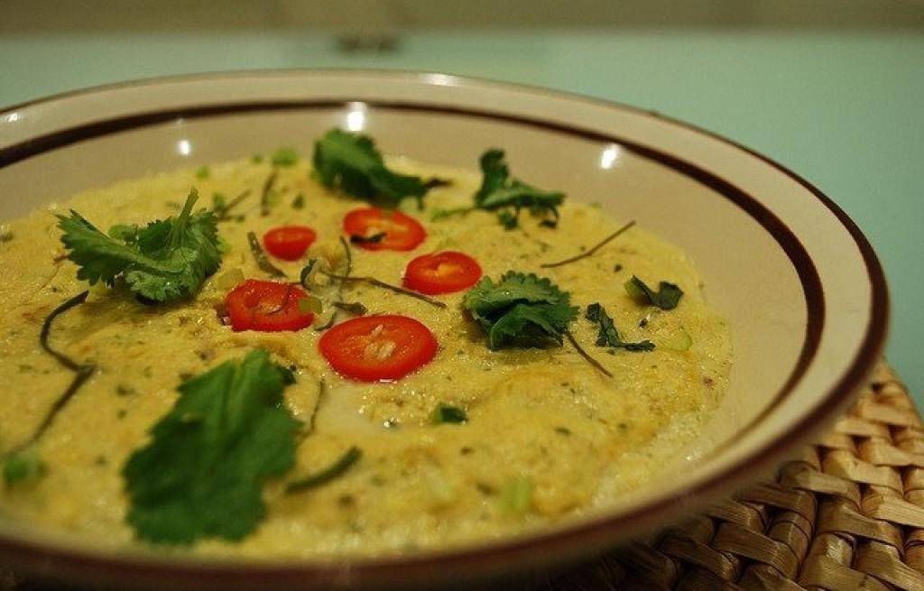 Łosoś gotowany na parze w sosie curry