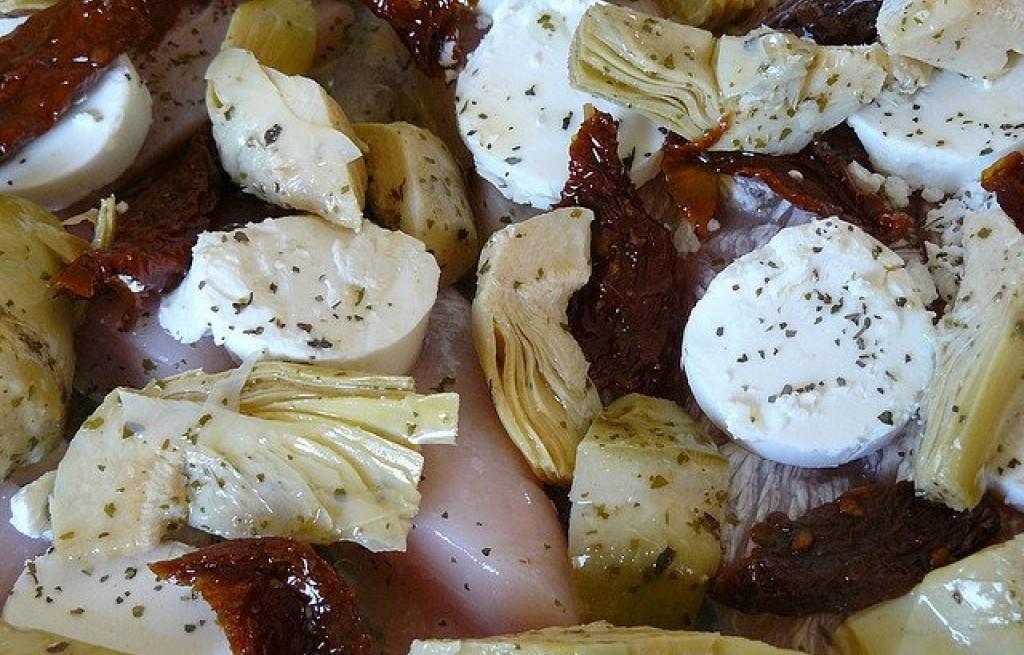 Kurczak duszony w winie z serem kozim i karczochami