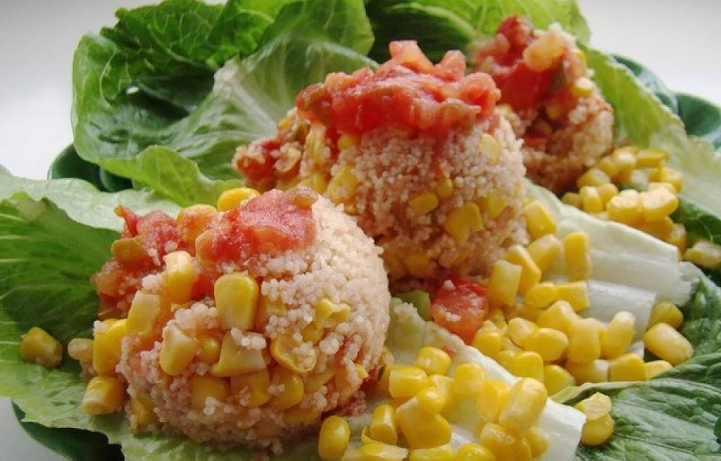 Sałatka z kuskusem, pomidorami i kukurydzą