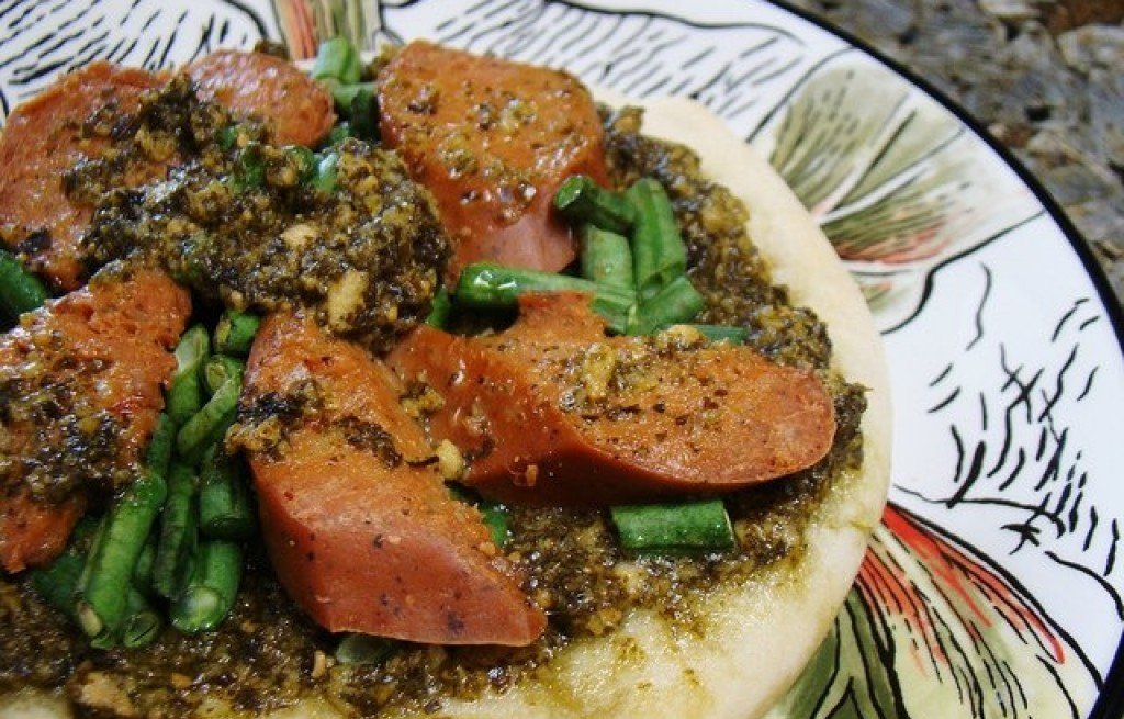 Kiełbasa z fasolą i sosem pesto