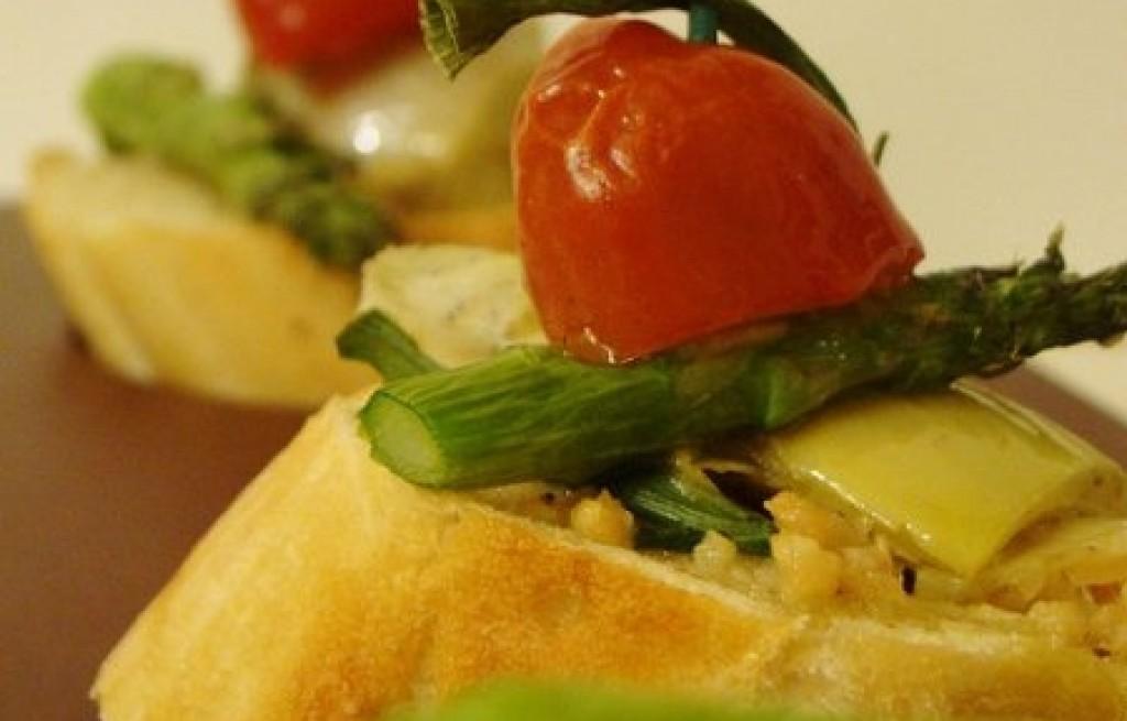 Bruschetta z pomidorami, szparagami i karczochami