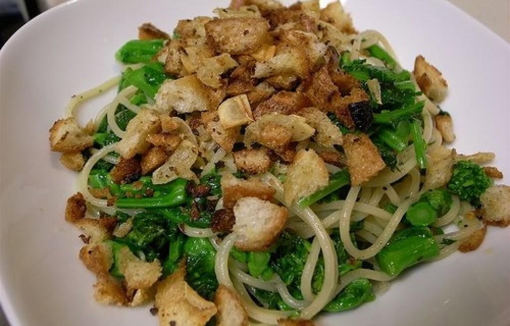 Spaghetti z czosnkiem i brokułami