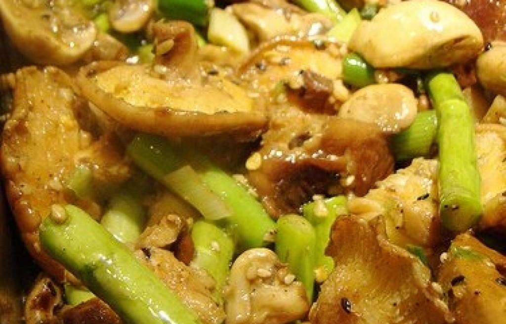 Sałatka ze szparagów, pieczarek i rydzów