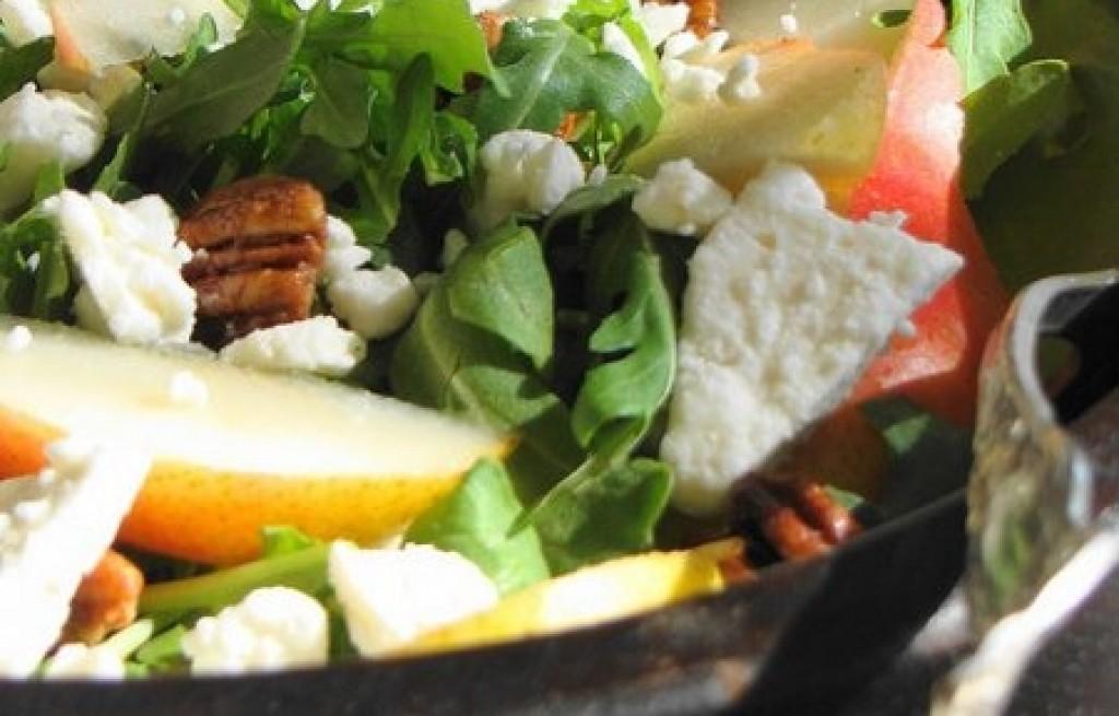 Sałatka z gruszek, rukoli, orzechów i sera