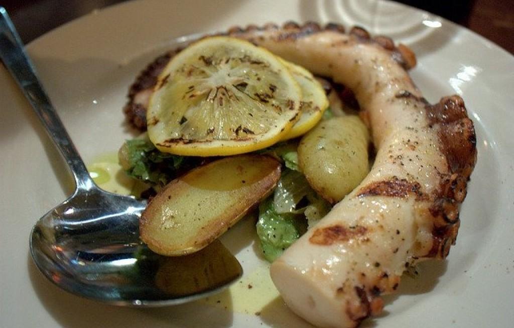 Ośmiornica z pieczonymi ziemniakami i cytryną