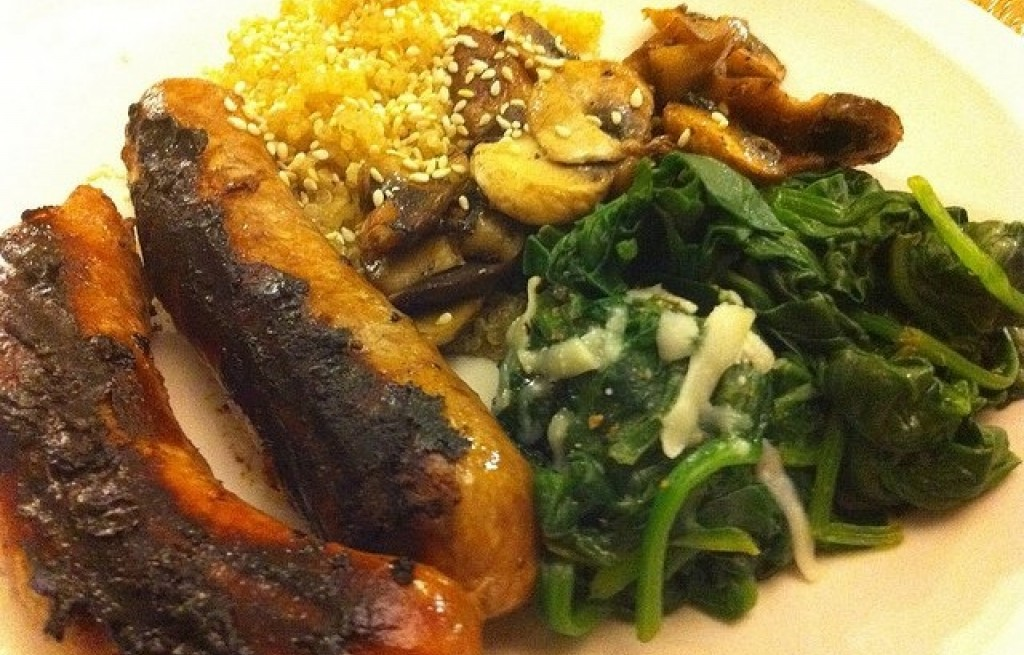 Kiełbasa z grilla ze szpinakiem, komosą ryżową i grzybami