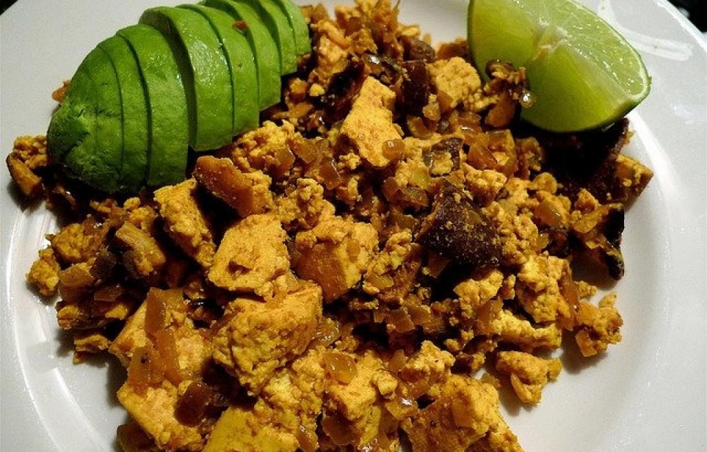 Jajecznica z tofu, grzybami shitake i awokado