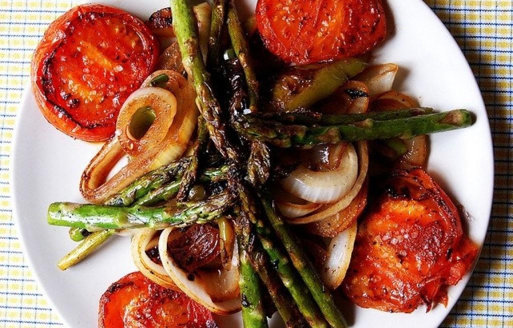 Pomidory grillowane ze szparagami i cebulą