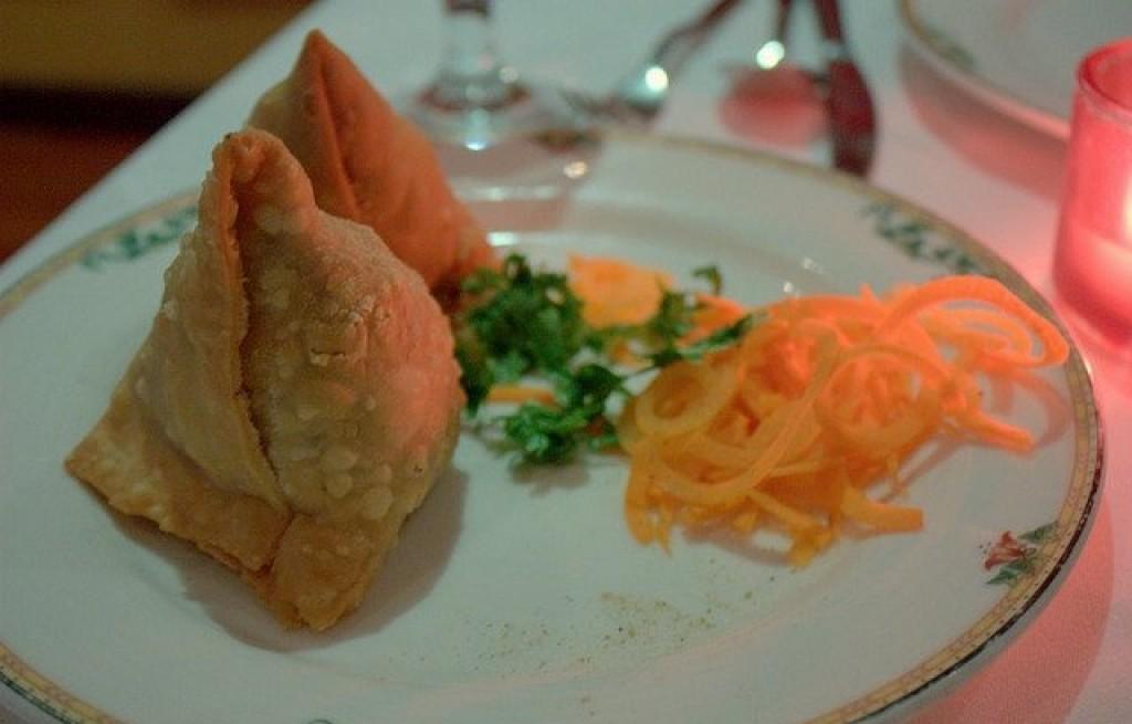 Samosy z kalafiorem, oliwkami i marchewką