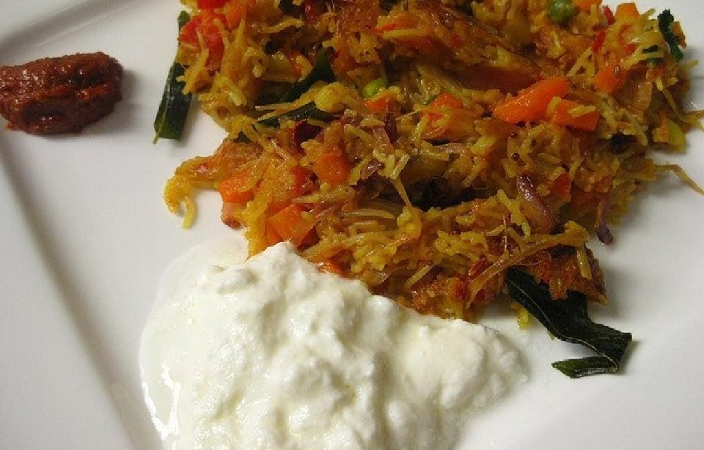 Upma z makaronem i twarogiem oraz pastą chili