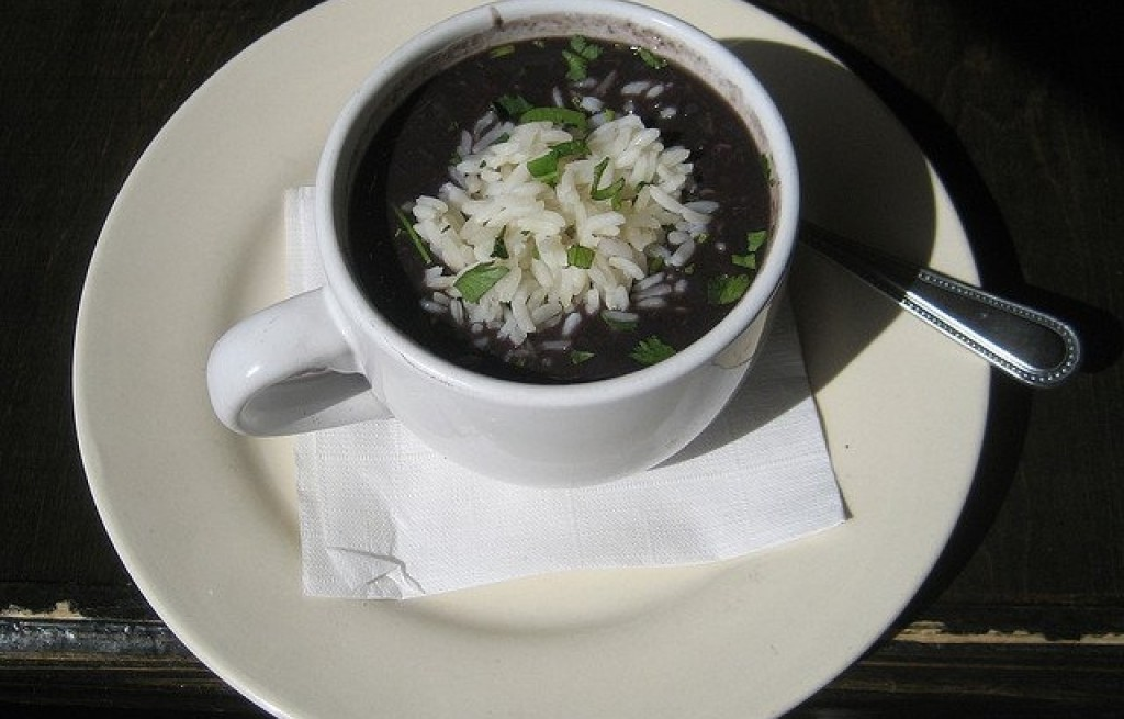 Zupa z czarnej fasoli i ryżu