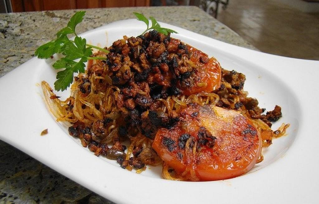 Makaron ryżowy z czarną fasolą i pomidorami