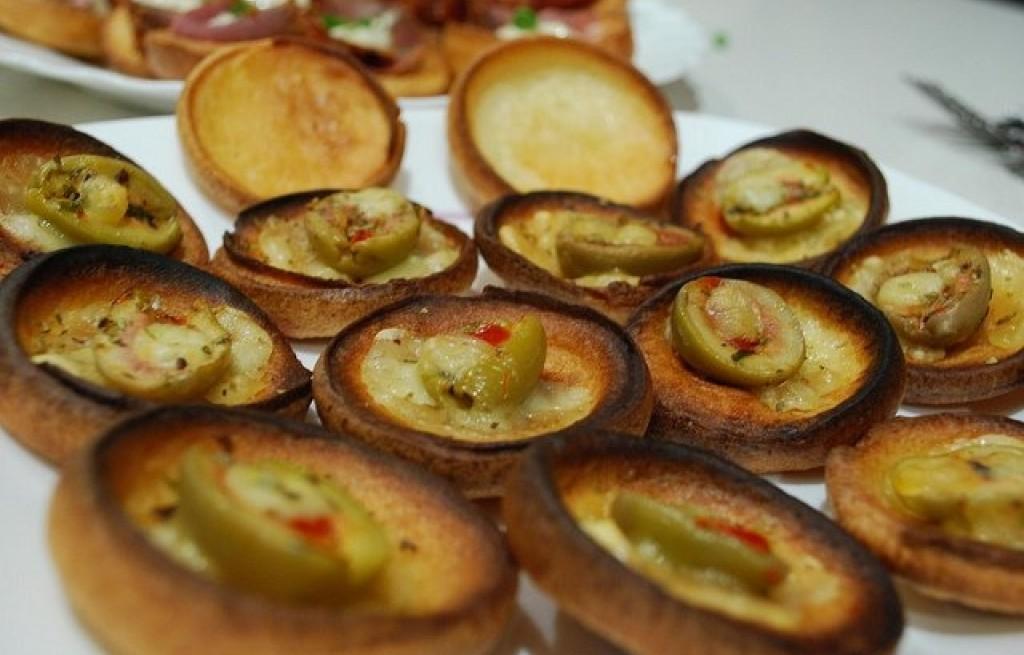 Grzanki z oliwkami, serem i papryką