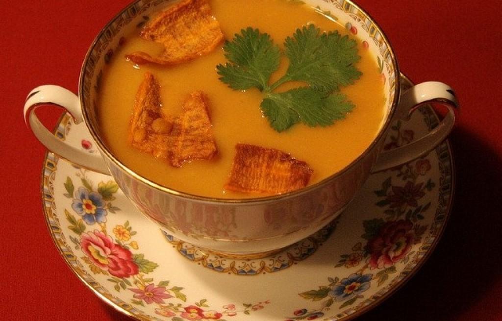 Zupa z batatów, fasoli i chipsów