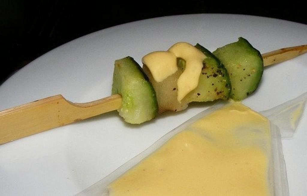 Szaszłyk z ogórka, melona, ziemniakiw i sera
