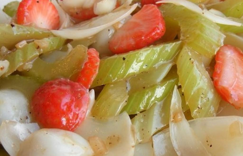 Sałatka z bulw lilii, selera i truskawek
