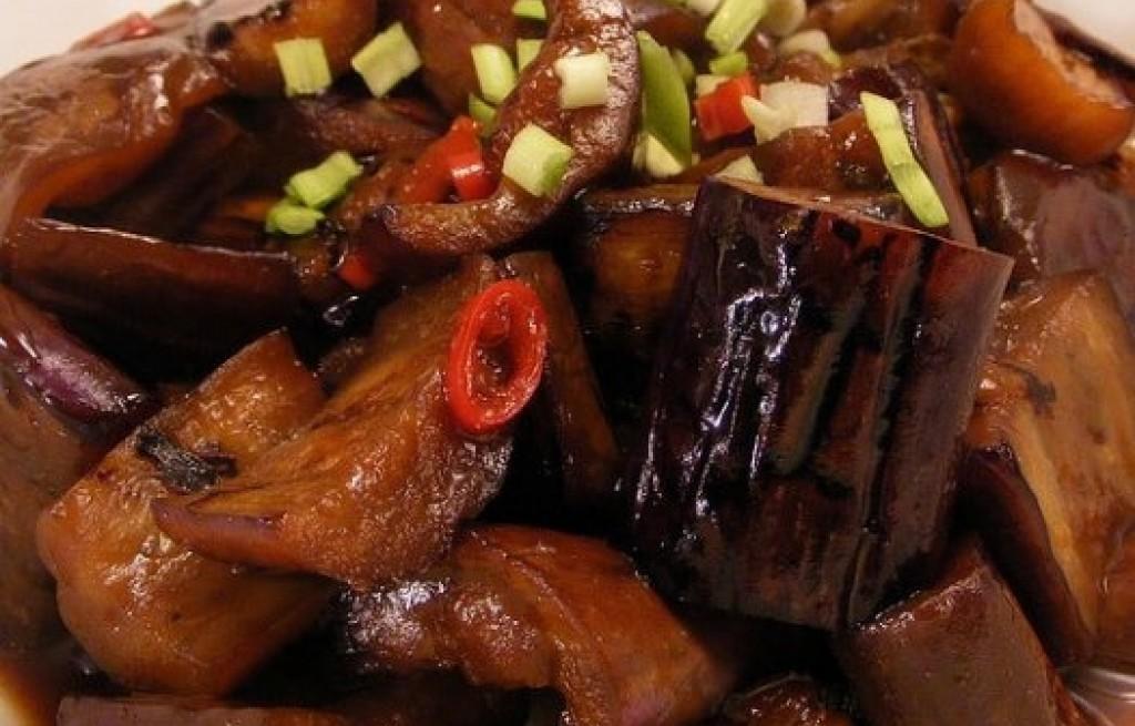 Bakłażan grillowany z papryką, pastą miso i sosem
