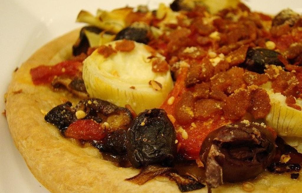 Pizza z karczochami, papryka i oliwkami