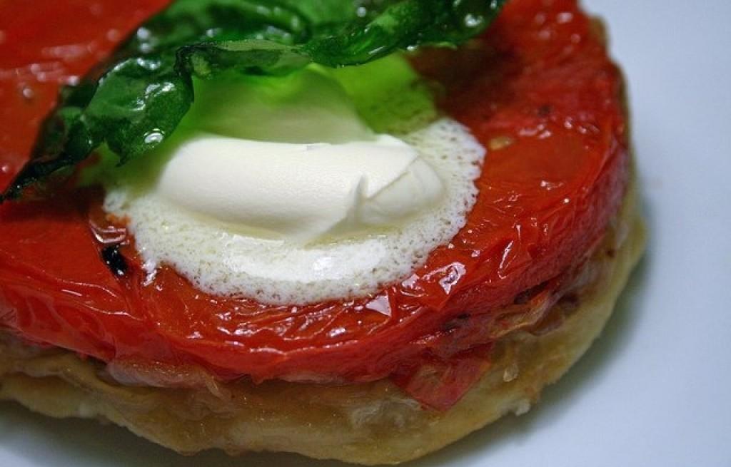 Tarta pomidorowa z serem mascarpone i bazylią