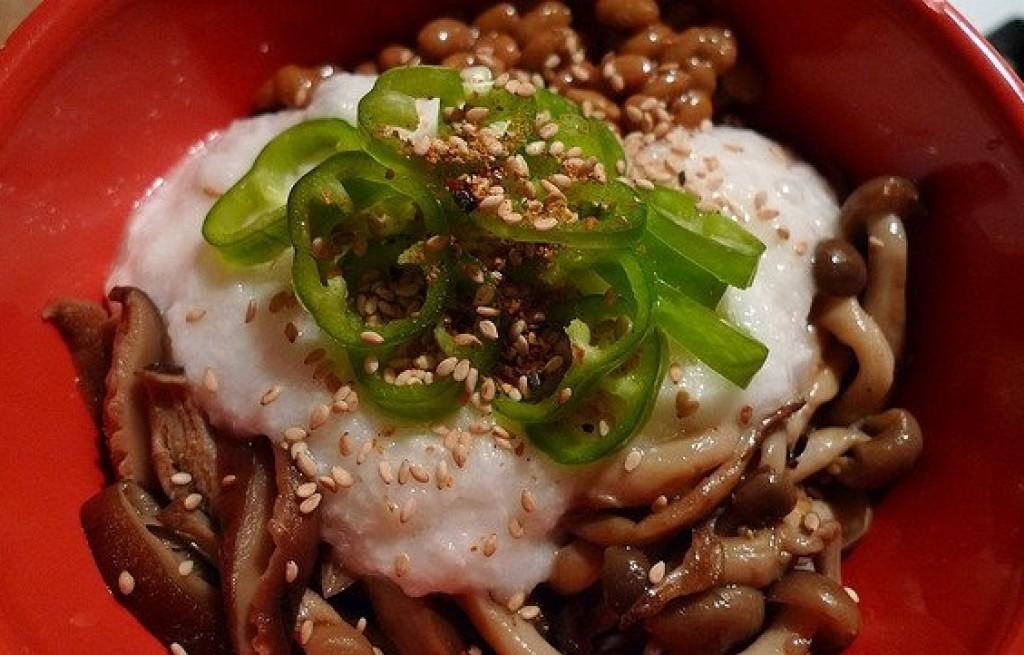 Grzyby marynowane z ryżem, papryką i sezamem
