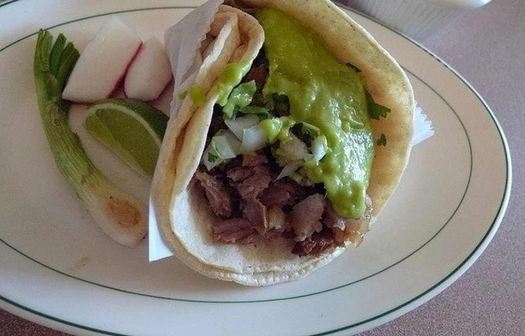 Tortilla z wołowiną, awokado i warzywami