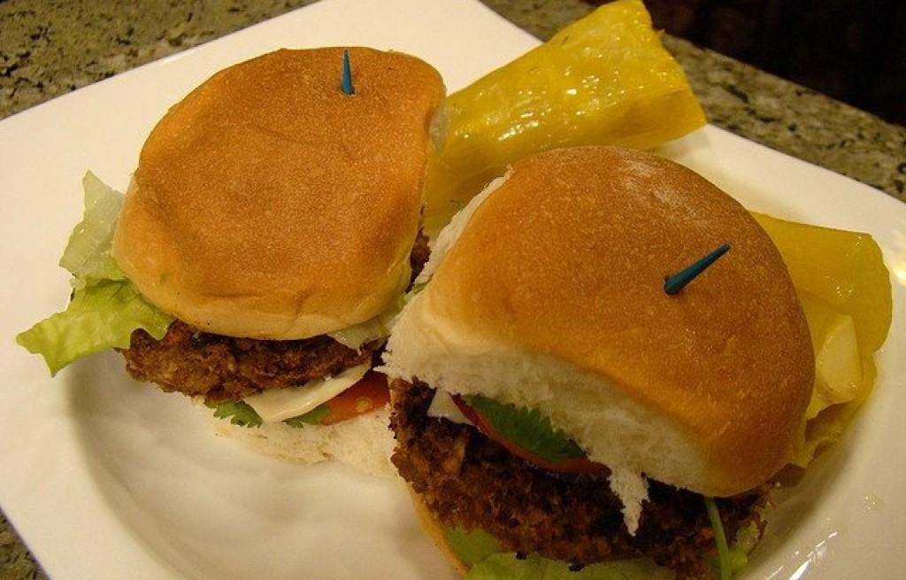 Hamburgery z warzywami, serem i grzybami