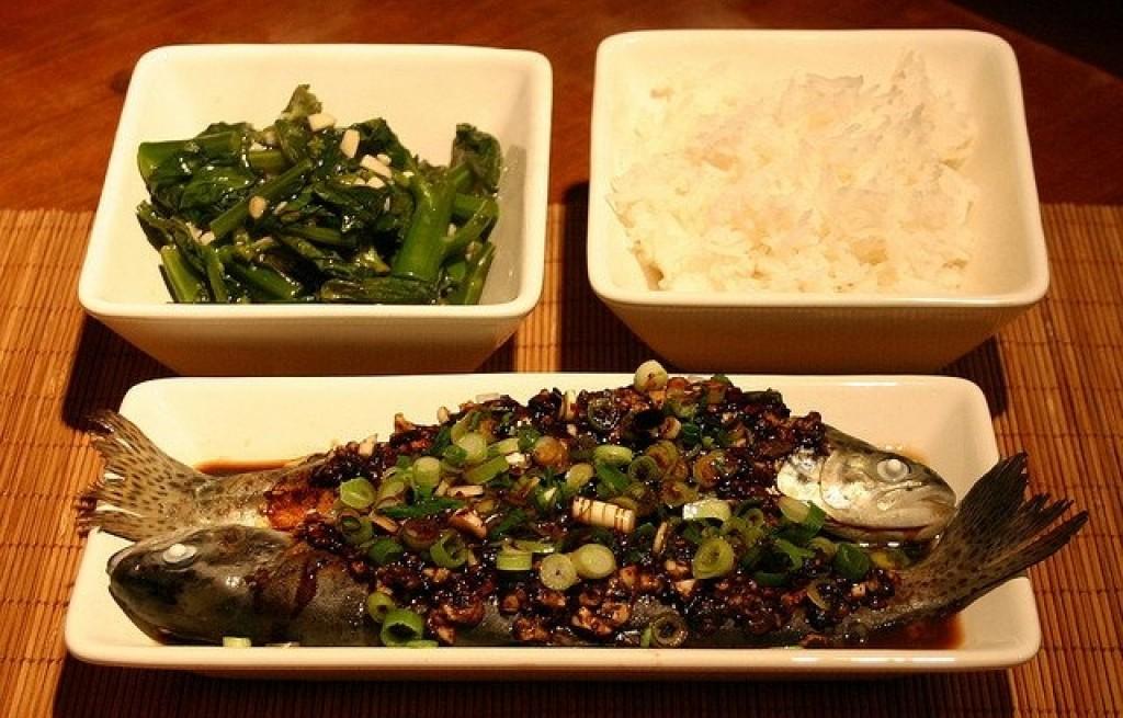 Pstrągi z ryżem, fasolą i brokułem