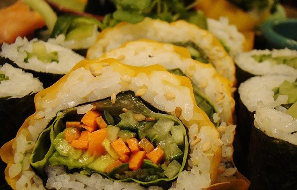Rolada warzywna z awokado, ryżu i sezamu