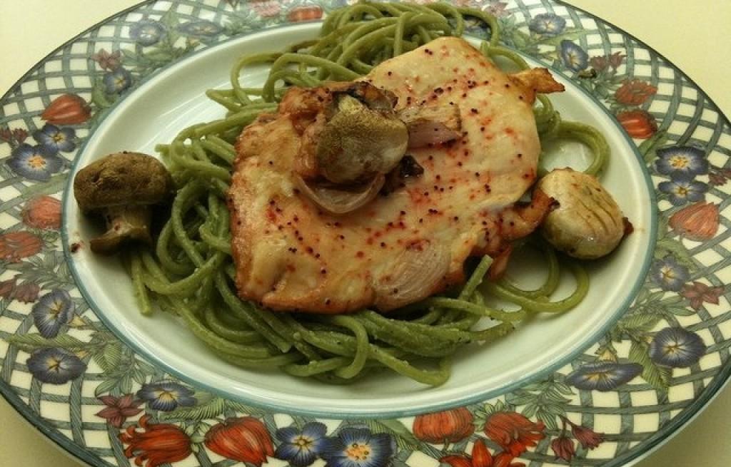 Kurczak z zielonym makaronem, makiem i grzybami