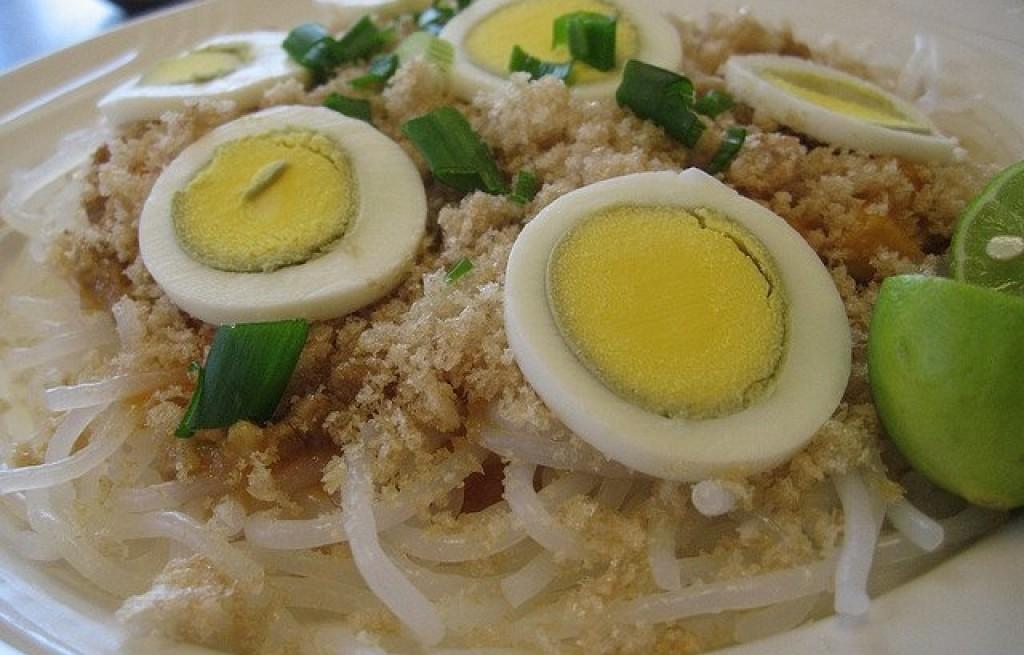 Pancit palabok (danie z makaronu, boczku, jajek)