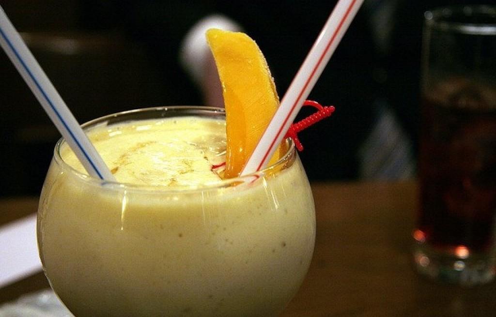 Koktajl z mleka kokosowego, rumu i owocow