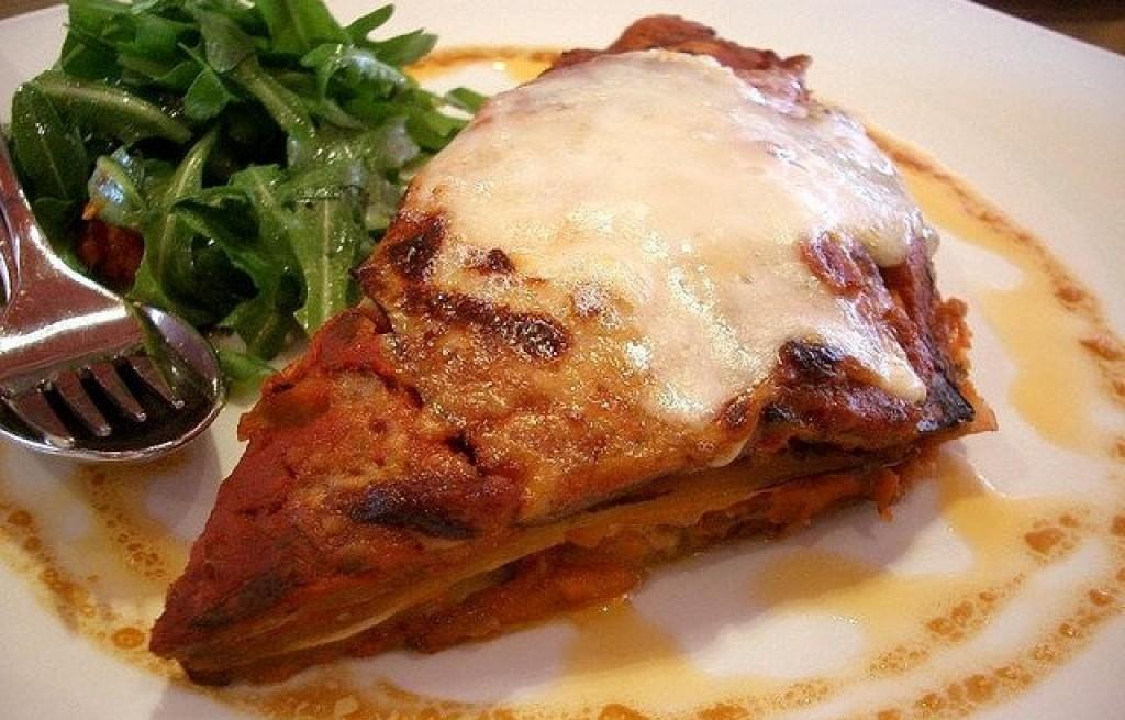 Lasagne z mielonym mięsem i sosem beszamelowym