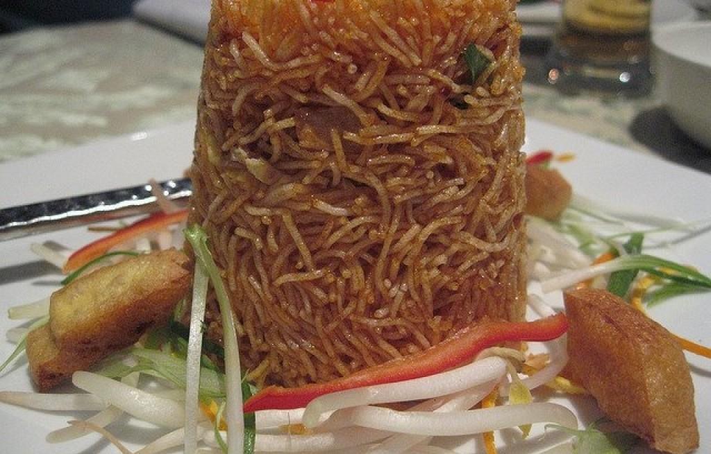 Mee Krob (makaron smażony w sosie słodko-kwaśnym)