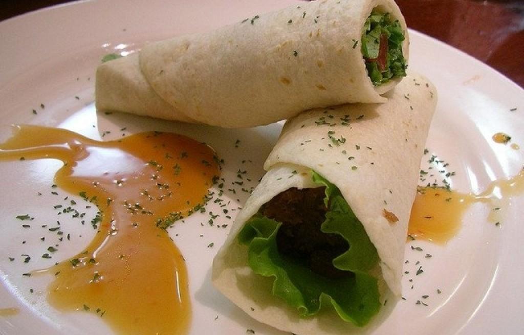 Naleśniki z ostrygami, warzywami i sosem