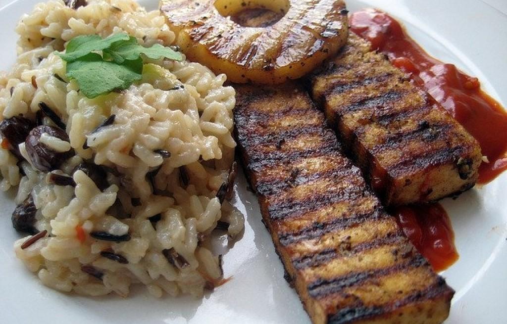 Ryż z papryką, grillowanym tofu i ananasem