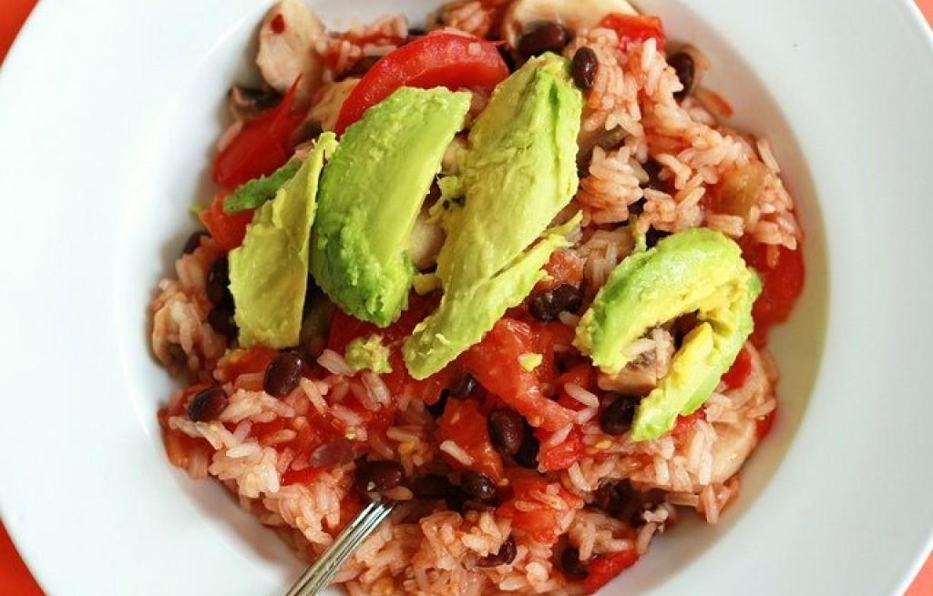 Ryż z fasolą, pomidorami i awokado