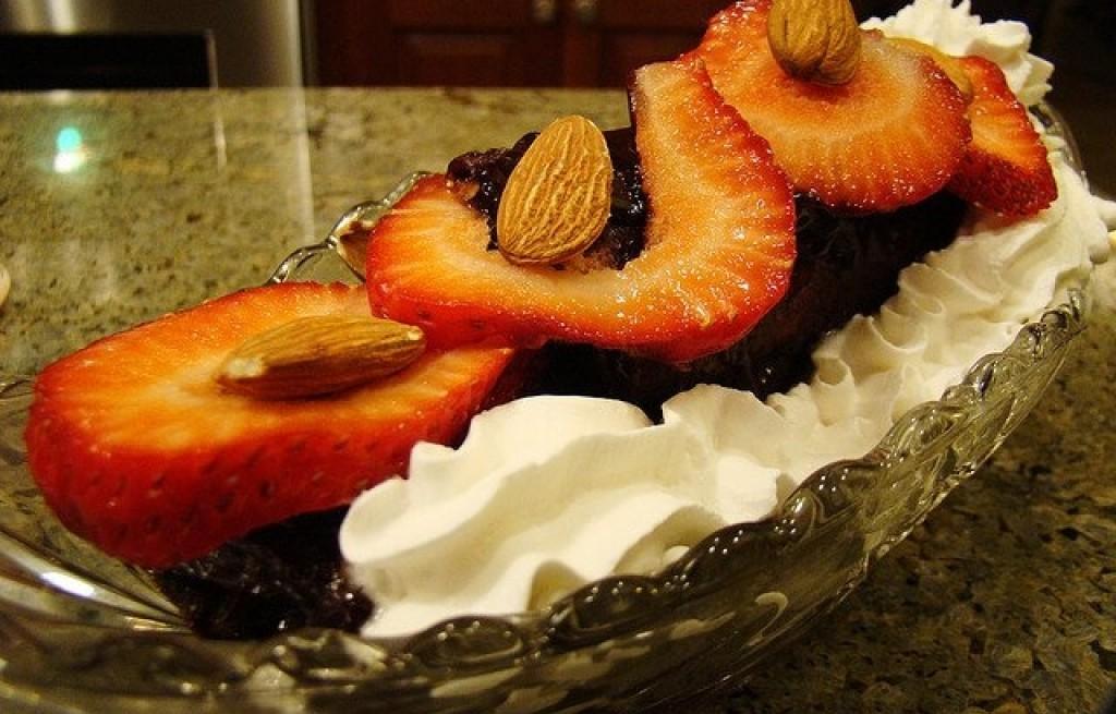Deser truskawkowy z czekoladą