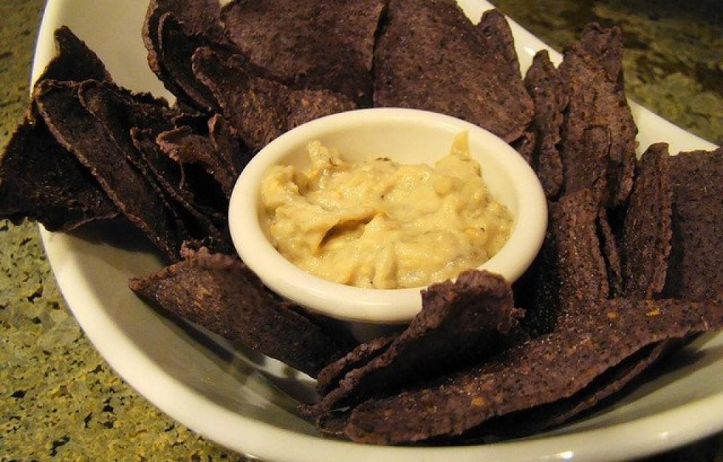 Chipsy kukurydziane z bakłażanem i cieciorką