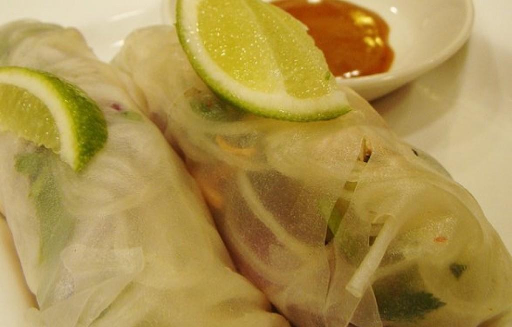 Sajgonki warzywne z makaronem i sosem śliwkowym