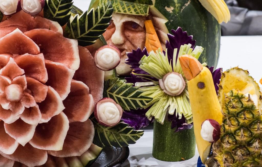 Carving - efektowna sztuka rzeźbienia w owocach i warzywach