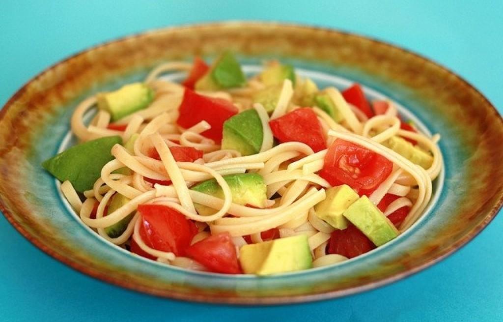 Tagliatelle z awokado i pomidorami
