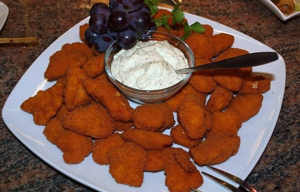 Nuggetsy z kurczaka z sosem czosnkowym