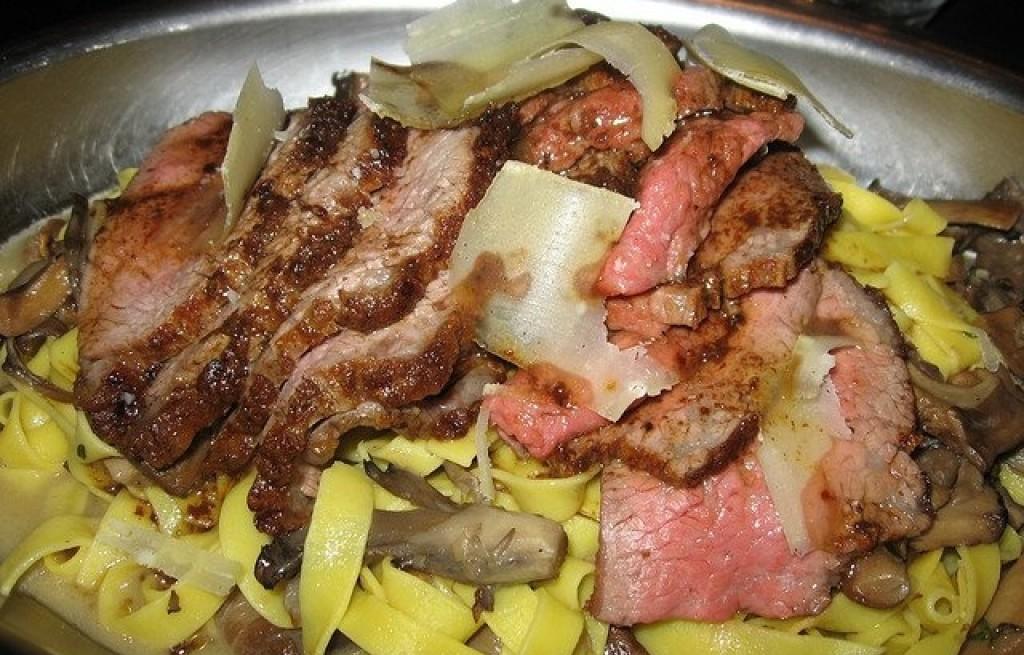 Tagliatelle z pieczoną wieprzowiną i pieczarkami