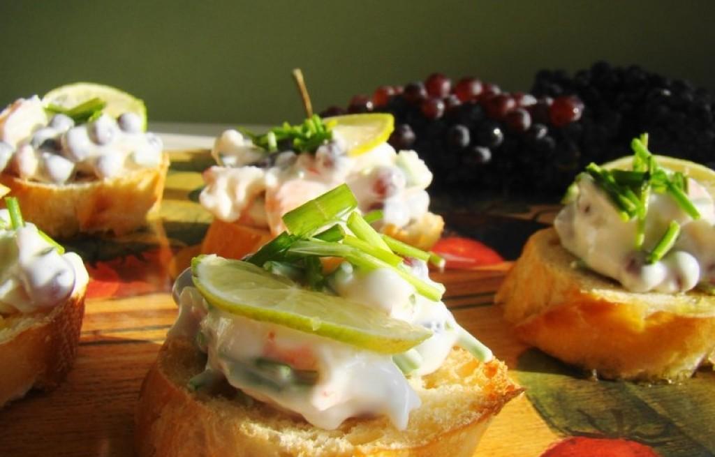 Bruschetta z majonezem, krewetkami i winogronem