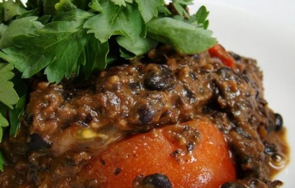 Czarna fasola z pieczarkami i sosem pomidorowym